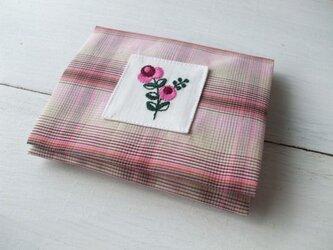 花刺繍のポケットティッシュケース ピンクチェックの画像