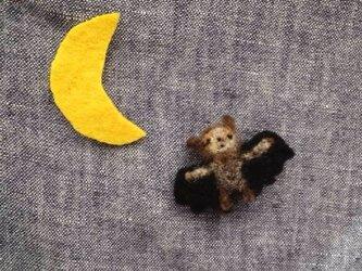 いねむりコウモリのブローチの画像