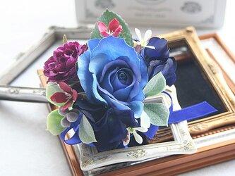 小ぶりのお花でまとめたブルー系のクールな印象のコサージュの画像