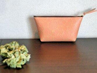 牛革のオリエンタルな型押しポーチ ピンクの画像