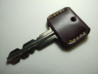 紫のキーカバー 黄色ステッチの画像