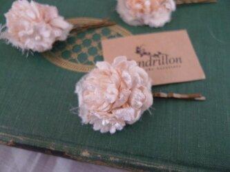 アイスピンクのすみれと小花のヘアピンの画像