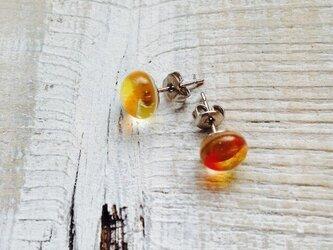 シトラスオレンジなガラスのピアスの画像
