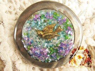 サークルブローチ 鳥・花畑・パープルの画像