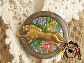 サークルブローチ ライオン・花畑・マルチカラーの画像