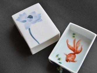 ハスと赤い金魚の 小箱の画像