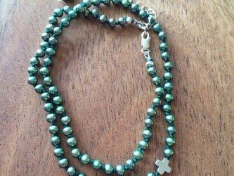 緑のパールとクロスのネックレスの画像