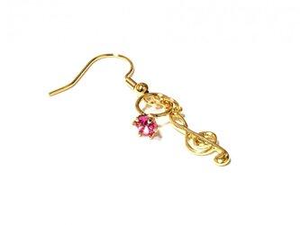 小さなローズの指輪と金色のト音記号のゴールド・ピアスの画像
