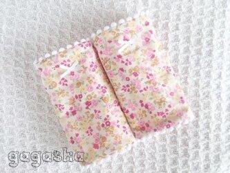 エルゴ よだれパッド 小花柄 白 リバーシブル 抱っこ紐 カバーの画像