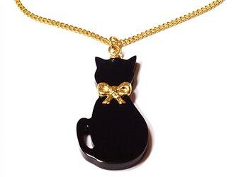 小さな金色リボン首輪の黒猫が揺れるゴールド・ネックレスの画像