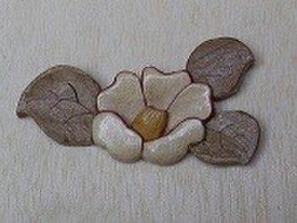 木象嵌細工:椿のブローチの画像