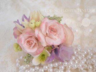 バラと実のコサージュの画像
