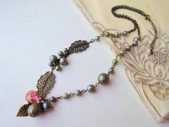 オリーブグリーン 葉っぱのネックレスの画像