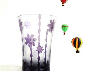 ぽこぽこラインとお花のグラスの画像