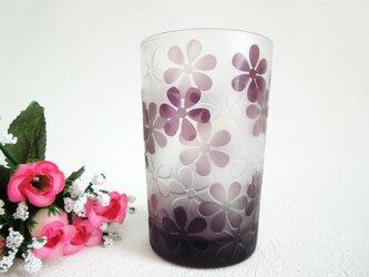 紫のグラスにお花がいっぱいの画像