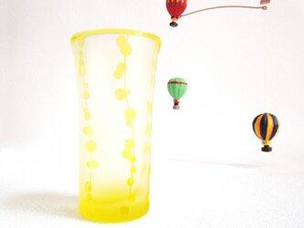縦に連なる水玉の黄色いグラスの画像