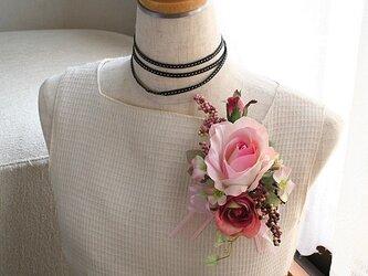 優しい印象のバラのコサージュの画像