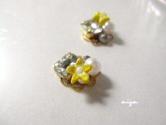 黄色いお花を添えたビジューの画像