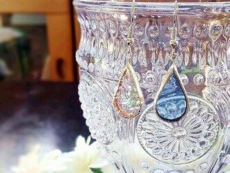 ステンドグラス 雫のピアス~アクアブルーと虹~の画像