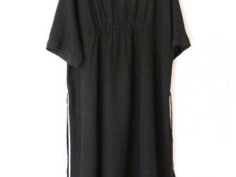 フラットカラーのリトルブラックドレスの画像