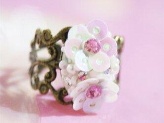 スパンコールのツインのお花リングの画像