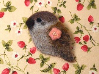 羊毛ブローチ「桃色梅とすずめ」の画像