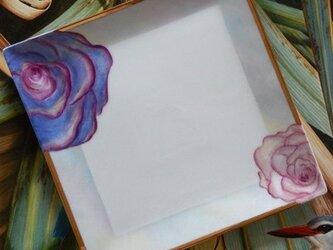 薔薇のスクエアプレートの画像