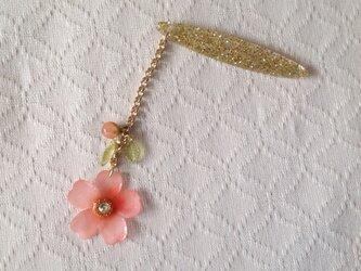 染め花を樹脂加工した桜の帯飾り(ピンク)の画像