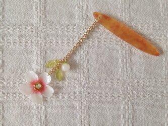 染め花を樹脂加工した桜の帯飾り(ホワイト&ピンク)の画像