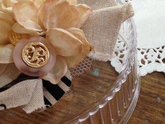 タティングレースをあしらったボタンとお花のブローチの画像