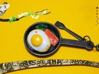 【受注製作品】フライパンで焼いた目玉焼きとベーコンのブックマークの画像