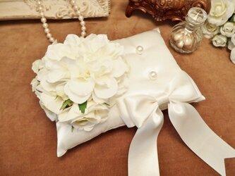 花束とリボンのリングピロー(ホワイト)の画像