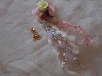 糸とお花のピアスの画像