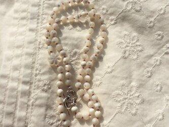 白蝶貝のフラワーネックレスの画像