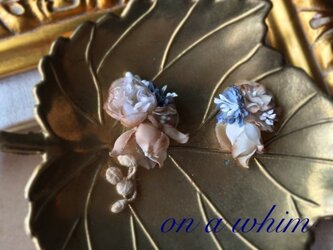 小蕾のお花と小花の紅茶染めピアス ブルーの画像
