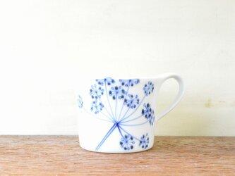 青いレースフラワーのマグカップの画像