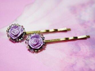 パープルの薔薇ピンの画像