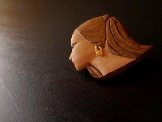 木彫りのブローチ 女性の横顔の画像