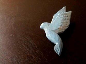 木彫りのブローチ 青い鳥の画像