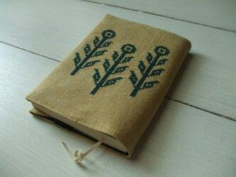クロスステッチ花刺繍の文庫本ブックカバー ベージュ×グリーンの画像