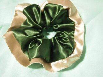 オリーブグリーン×シャンパンゴールドのコンビシュシュの画像