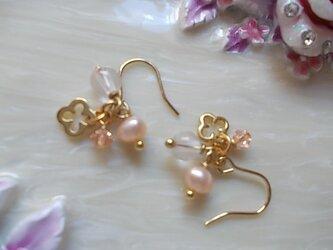 ゴールドのお花とピンク石のプチピアスorイヤリング(選択可能)の画像