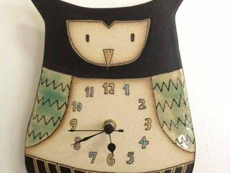 ふくろうの陶製時計の画像