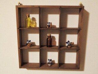 いっぱい飾れる小物棚の画像