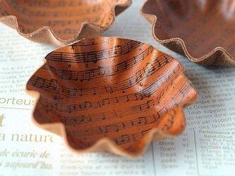 カップケーキ型・革のミニトレイ<楽譜・キャメル>の画像