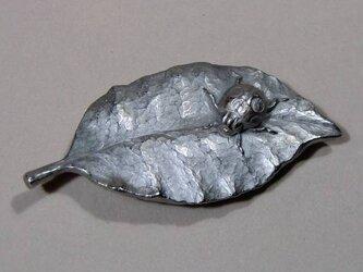 帯留め「葉にてんとう虫」の画像