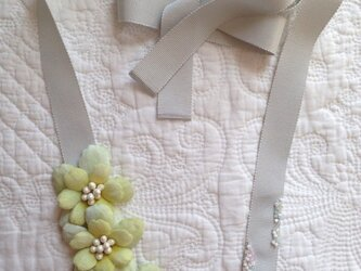 ライムグリーンのお花リボンネックレスの画像