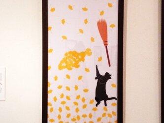 イチョウ・黒猫手ぬぐい「ホウキで掃き掃きひとやすみ」の画像