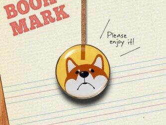 「何かが気になる柴犬のクリップ型ブックマーク」no.203の画像
