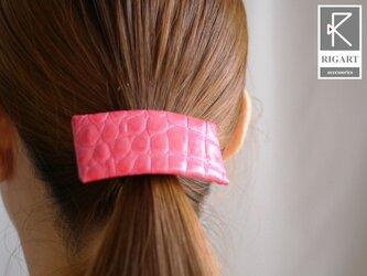 シンプルなバレッタ風のレザーポニー・クロコ風エナメル型押し ピンクの画像